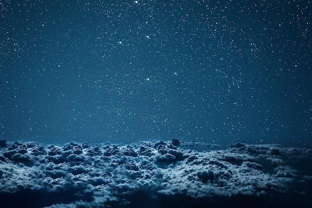 Achtergronden nachtelijke hemel met sterren en wolken