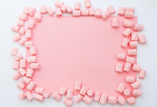 Achtergrondframe gemaakt van marshmallows. het concept van kindertijd