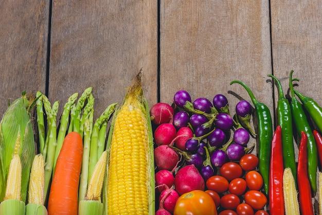 Achtergrondgeluid van vers voedsel smakelijke en gezonde varis groenten zijn op de houten tafel