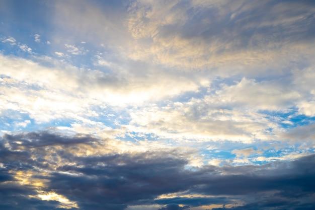 Achtergrondhemel met wolken bij dageraad