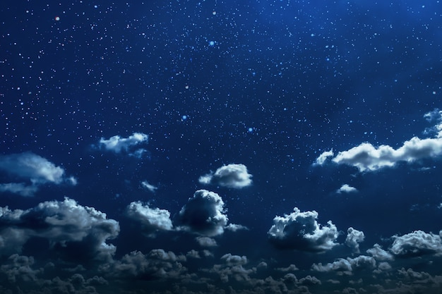 Achtergrondnachthemel met sterren en maan en wolken