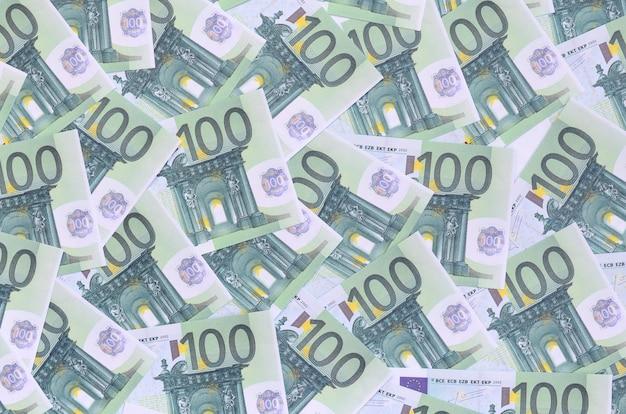 Achtergrondpatroon van een reeks groene monetaire coupures van 100 euro.