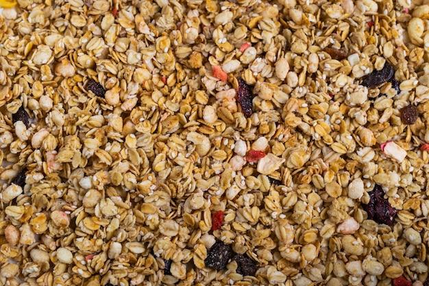 Achtergrondstructuur met zelfgemaakte natuurlijke granola mix met fruit en bessen