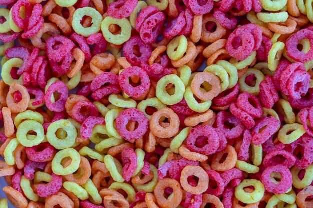 Achtergrondstructuur van gekleurde ringen van een droog ontbijt. voedselconcept. detailopname