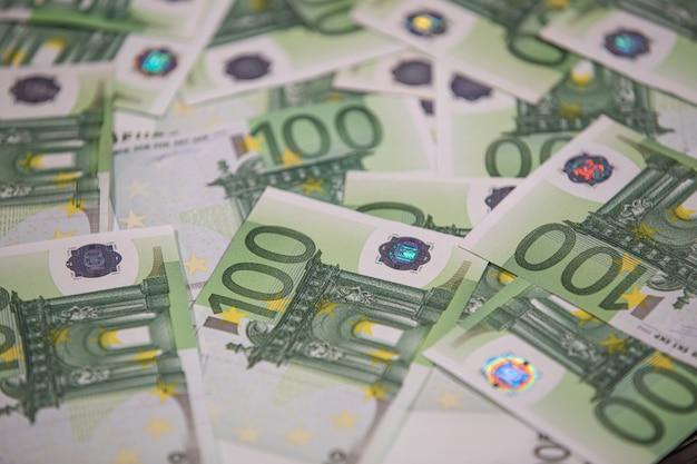 Achtergrondtekst van honderd euro rekeningen.