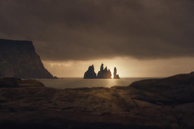 Achtergrondverlichting zonsopgang op de rotsen van reynisfjara ijsland