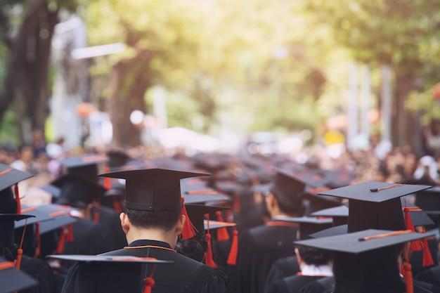 Achterkant afstudeerhoeden tijdens aanvangssucces afgestudeerden van de universiteit, felicitatie conceptonderwijs. afstudeerceremonie, feliciteerde de afgestudeerden van de universiteit tijdens het begin