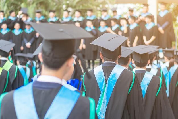 Achterkant hoed man afgestudeerden in de repetitiedag op de universiteit: concept van de toekomst.