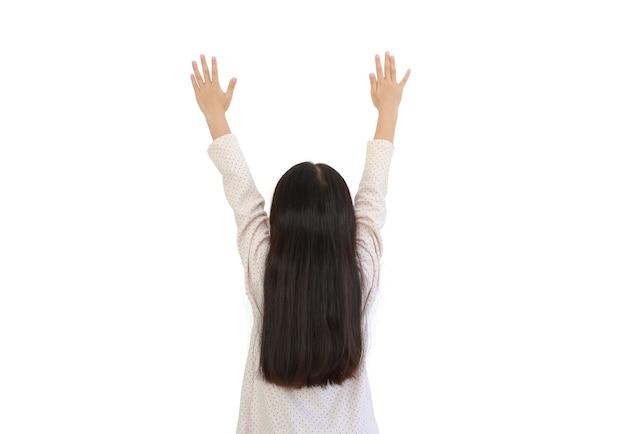Achterkant van aziatisch meisje met hand omhoog op wit