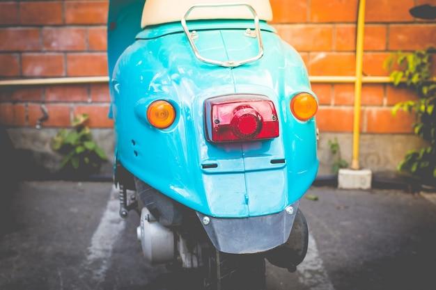 Achterkant van blauwe scooter, vintage toon en retro stijl