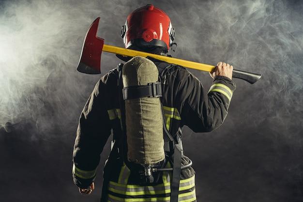 Achterkant van brandblusser in rook