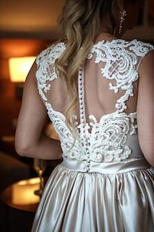 Achterkant van de bruid in een elegante trouwjurk