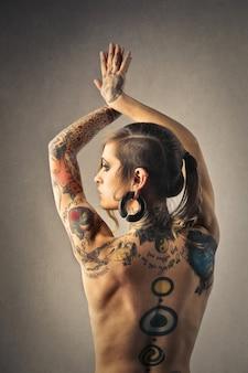 Achterkant van de vrouw met tatoeage