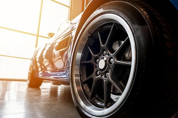 Achterkant van een generieke blauwe sportwagen
