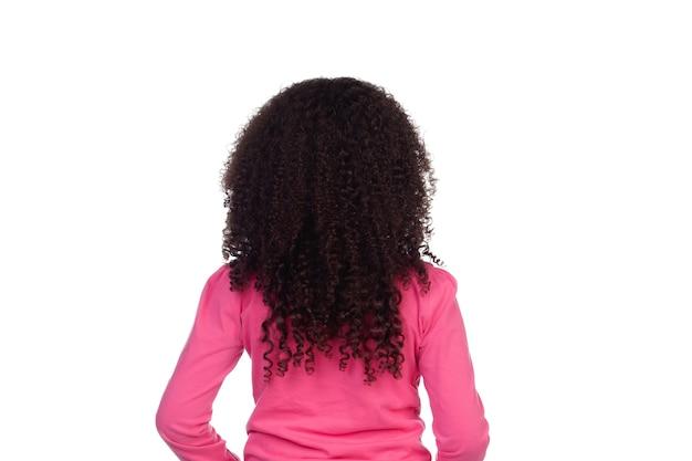 Achterkant van een klein meisje met lang afrohaar dat op een wit wordt geïsoleerd