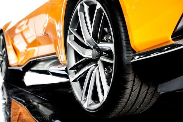 Achterkant van een oranje sportwagen