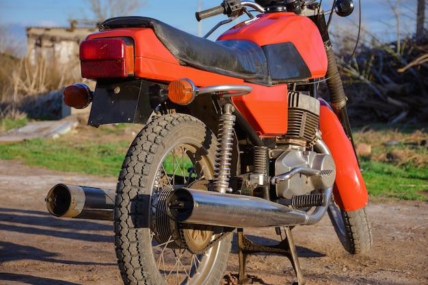 Achterkant van een vintage motorfiets rood fiets oud vervoer