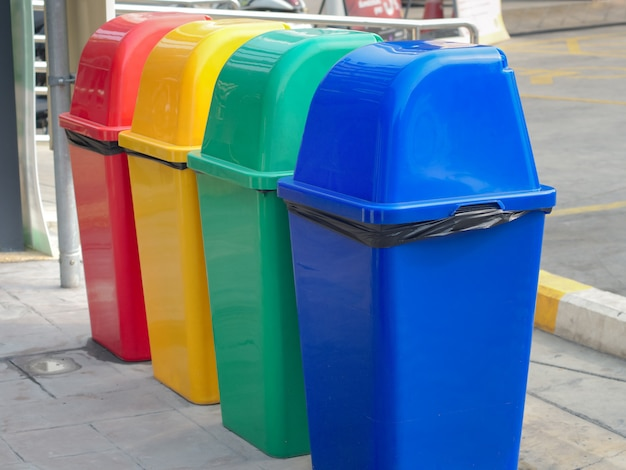 Achterkant van kleurrijke prullenbakken voor inzameling van kringloopmaterialen in openbaar autoparkeren bangkok, thailand.