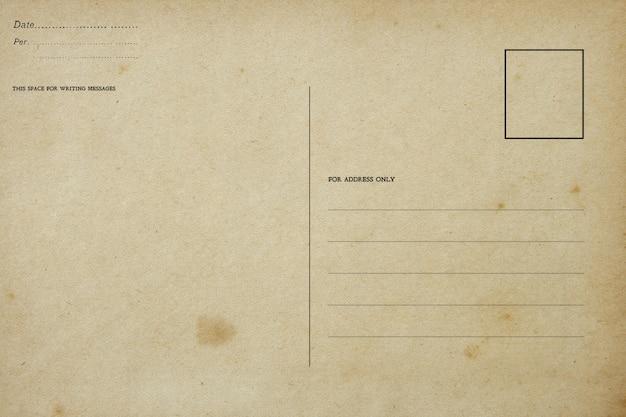 Achterkant van vintage leeg briefkaart met vuile vlek