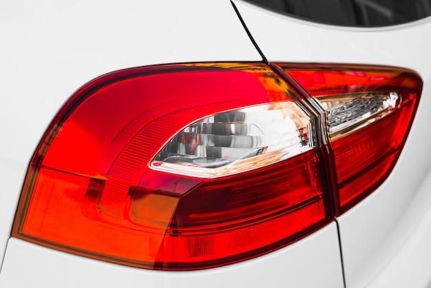 Achterkant van witte auto met stijlvol achterlicht