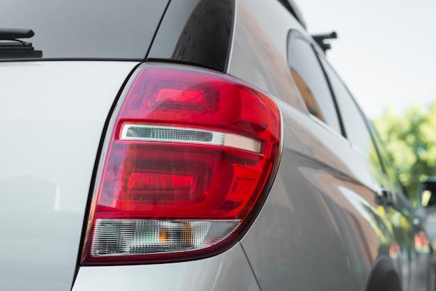 Achterlicht op nieuwe zilveren auto