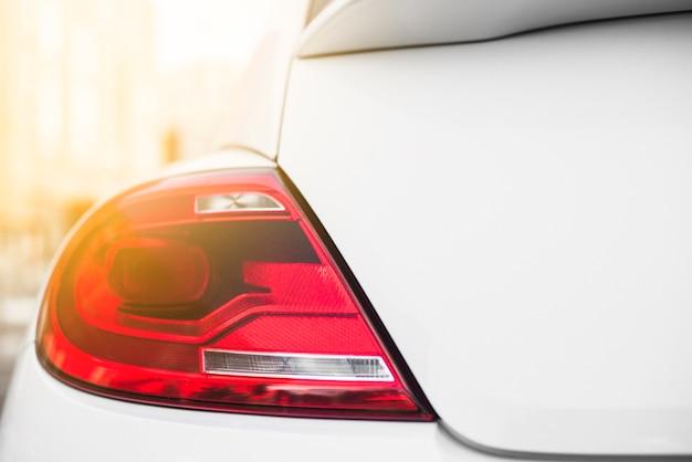 Achterlicht op witte auto