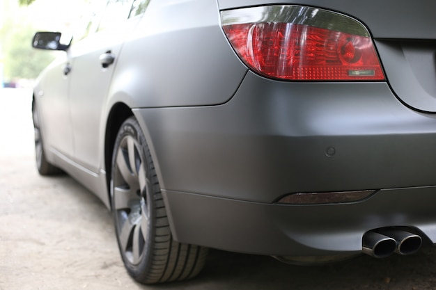 Achterlichten van een zwarte auto in het middagclose-up