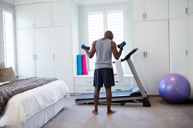 Achtermening van de mens die met domoren in slaapkamer uitoefenen