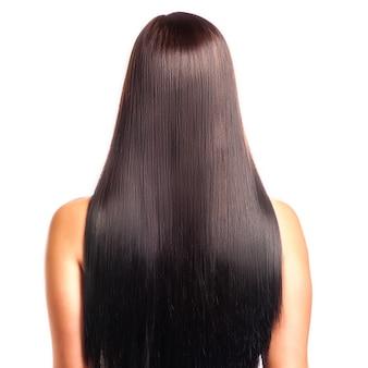 Achtermening van een vrouw met lang recht zwart haar.