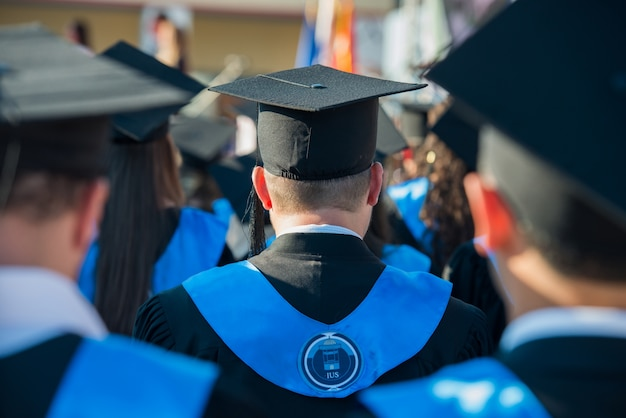 Achtermening van gediplomeerde studenten