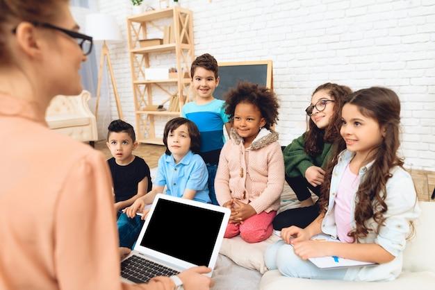 Achtermening van leraar die les op basisschool onderwijst