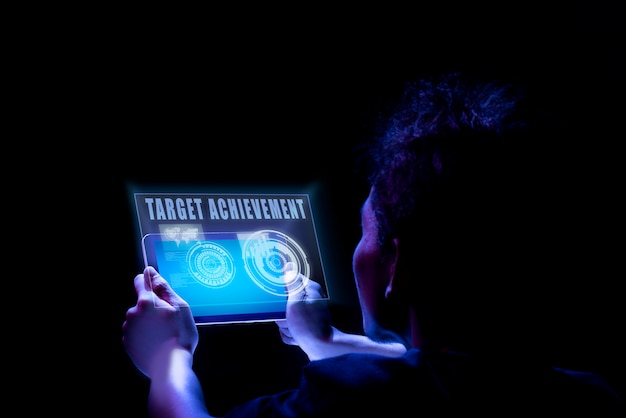 Achtermening van mannelijke handen die tablet met de tekst van de doelvoltooiing op het scherm houden