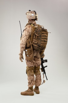 Achtermening van militair de exploitantstudio geschoten portret van de militairamerikaanse leger