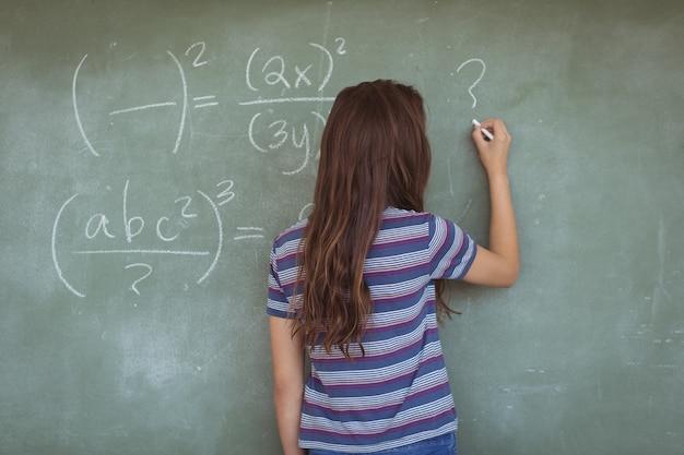 Achtermening van schoolmeisje die een leraar in klaslokaal beweren te zijn