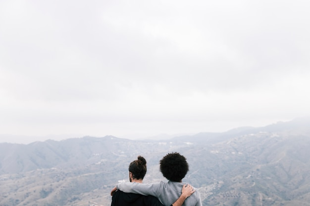 Achtermening van twee mannelijke wandelaars die het berglandschap overzien