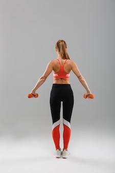 Achtermeningsportret van een jong gezond sportenmeisje