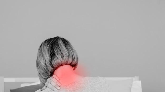 Achtermeningsvrouw met pijnlijke hals