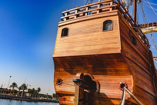 Achtersteven van oude kombuis die in haven wordt gedokt om de oceaan in de ontdekking van amerika te navigeren.