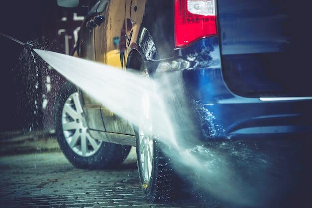 Achtertuin auto wassen