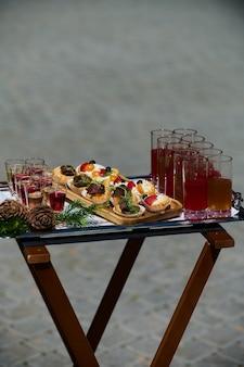 Achtertuin barbecue feest in de zomer elegante decoratie luxe catering lekker en mooi eten op open...