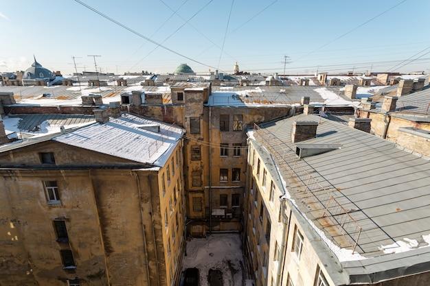 Achtertuin van een gemeenschappelijk huis in het historische centrum van sint-petersburg, rusland.