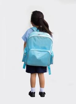Achtertuin van schoolmeisje terug naar school op witte geïsoleerde achtergrond (inclusief pad)