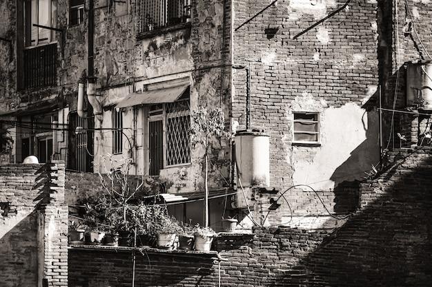 Achtertuinen van oude bakstenen huizen