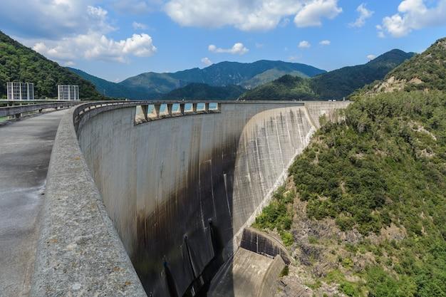 Achterwand van een dam en omliggende bergen