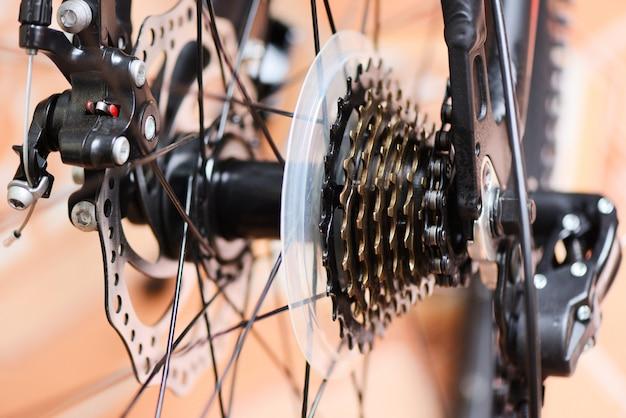 Achterwiel en ketting in een mountainbike