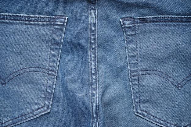 Achterzak van blauw denim op een spijkerbroek.