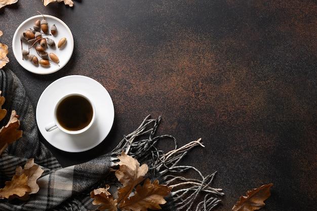 Acorn koffie en gezellige sjaal, herfst eikenbladeren op bruine tafel. uitzicht van boven. kopieer ruimte. koffiesurrogaat zonder cafeïne.