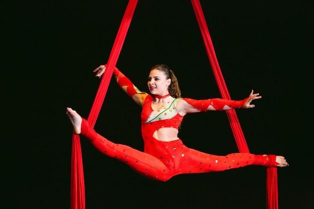 Acrobat voert een moeilijke truc uit in het circus.