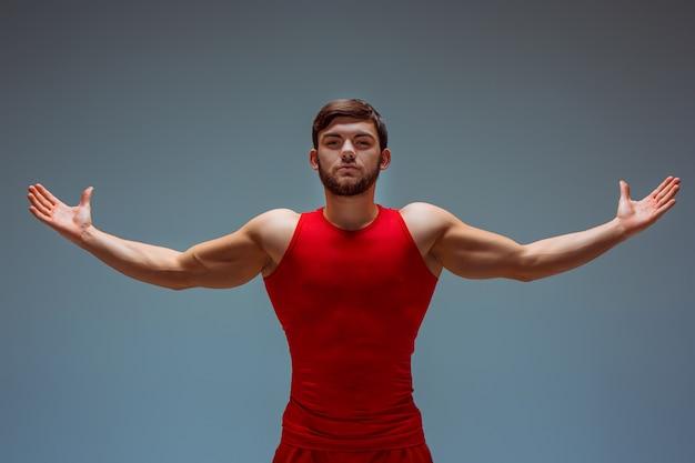 Acrobatische man in rode kleding