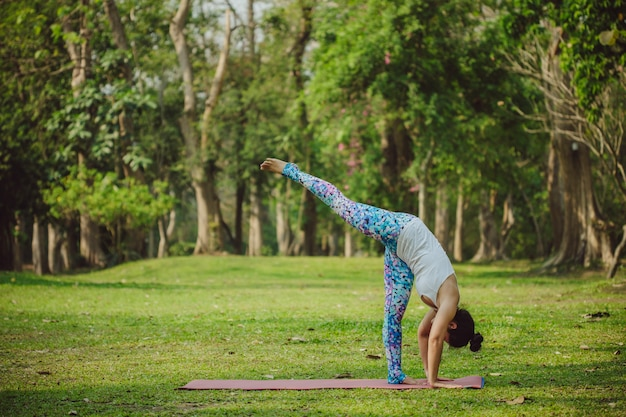Acrobatische vrouw doet yoga